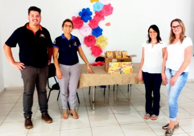 Crianças da Casa Abrigo recebem chocolates do Sicredi em Assis Chateaubriand