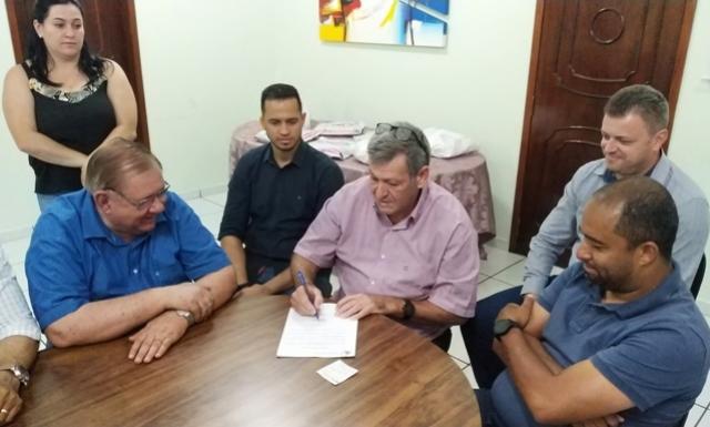 Pegoraro assina ordem de serviço para perfilamento asfáltico no Jussara e Panorama