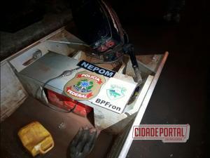Policiais do BPFRON e policiais federais do NEPOM prenderam 3 pessoas e apreenderam mais de 2 toneladas de maconha