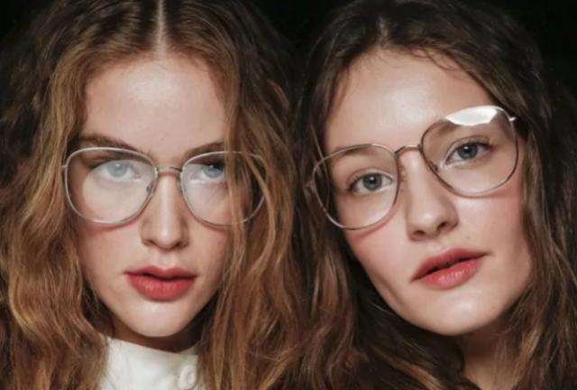 Cinco dicas de maquiagem para quem usa óculos