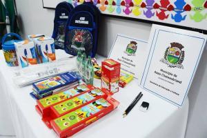 Governo de Assis entrega materiais escolares a alunos da rede municipal