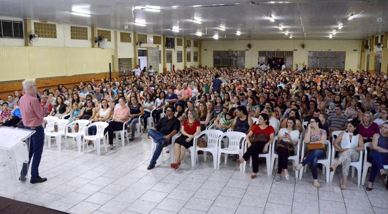 Parceria entre município de Assis e Sicredi garante sucesso em palestra com Marcos Meier