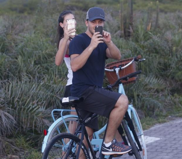 Camila Queiroz e Klebber Toledo se vingam de fotógrafo ao serem clicados
