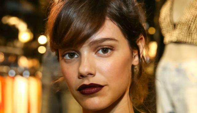 Ficar loira aos poucos com técnica gradativa: confira o resultado no cabelo de Laura Neiva