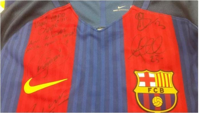 Neymar e espanhóis autografam camisas e presenteiam Chape