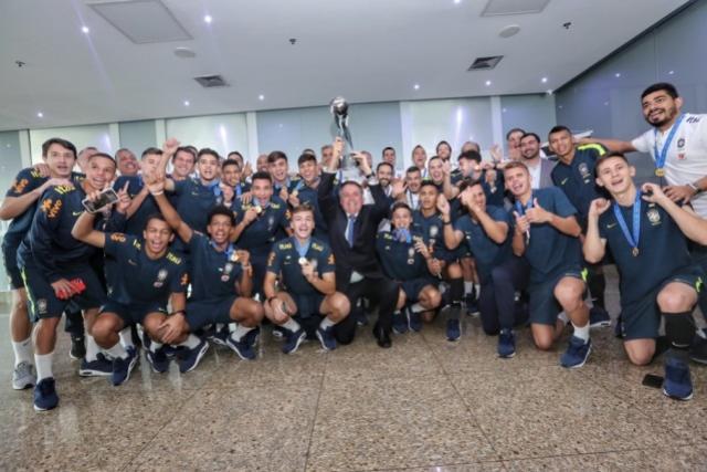 Presidente Jair Bolsonaro visita Seleção Sub-17 após conquista do Mundial
