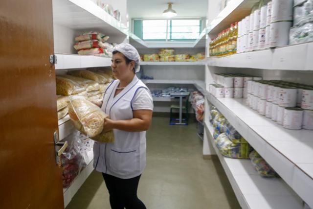 Alimentos da merenda serão distribuídos aos beneficiários do Bolsa Família