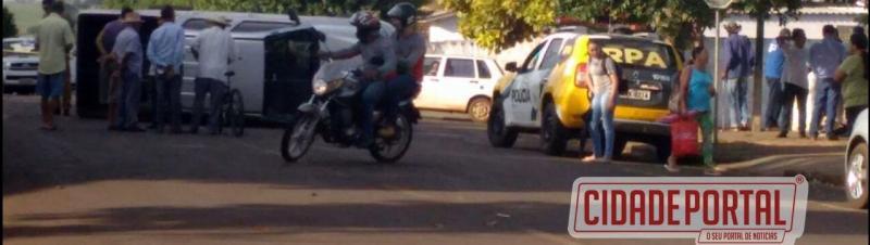Uma caminhonete tombou após acidente na João de Oliveira Dias