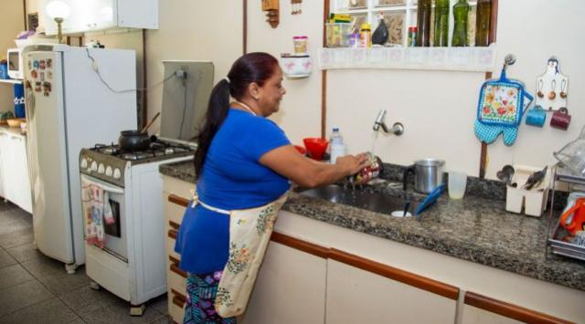 Mulheres dedicam quase o dobro do tempo dos homens em tarefas domésticas