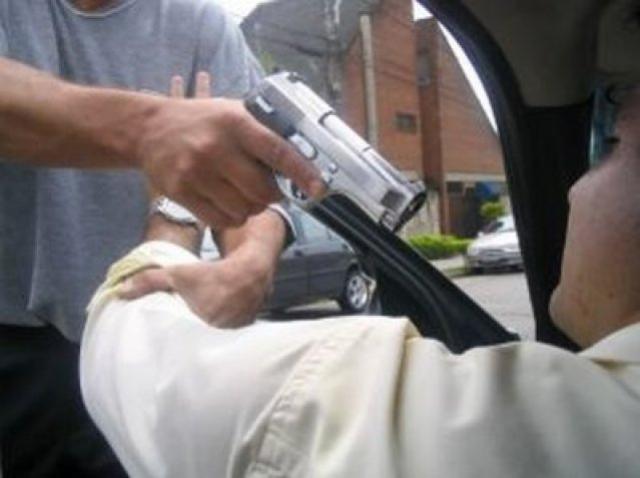 Dois indivíduos encapuzados e armados roubam uma Fiat Touro em Moreira Sales