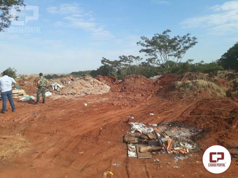 Polícia Ambiental de Umuarama flagra funcionários de uma empresa despejando lixo em Loteamento