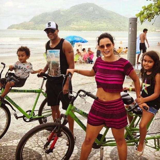 Luciele di Camargo pedala em família e exibe barriga sequinha