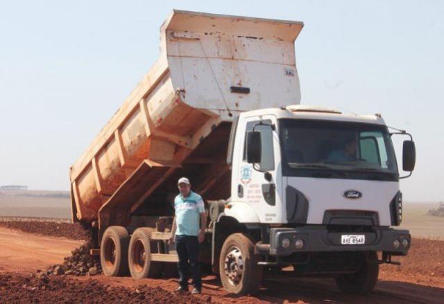 Vice Prefeito Laurindo acompanhou os trabalhos de cascalhamento na estrada Mariluz a São Luiz
