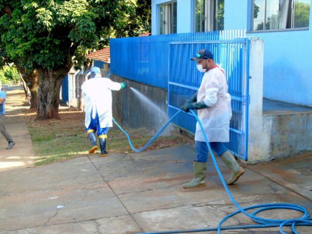 Município realizou sanitização de calçadas em unidades de saúde e no paço municipal