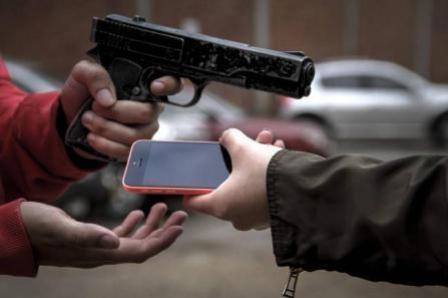 Três indivíduos, um deles armado roubaram o celular de uma mulher em Mariluz