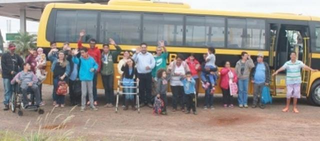 Nilson Cardoso faz entrega de ônibus para os alunos da Apae