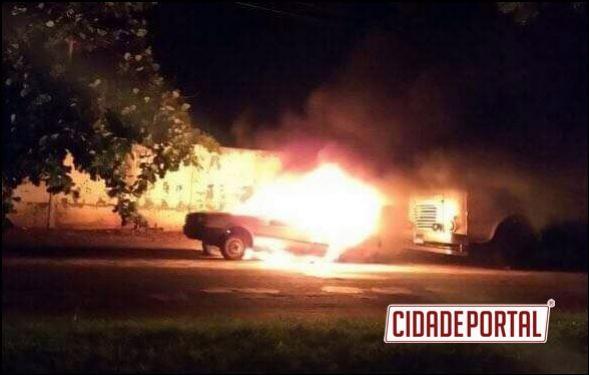 Veículo que servia para retirada de peças é incendiado na cidade de Mariluz