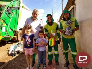 Criança de 4 anos de idade presenteia servidores da limpeza de Campo Mourão