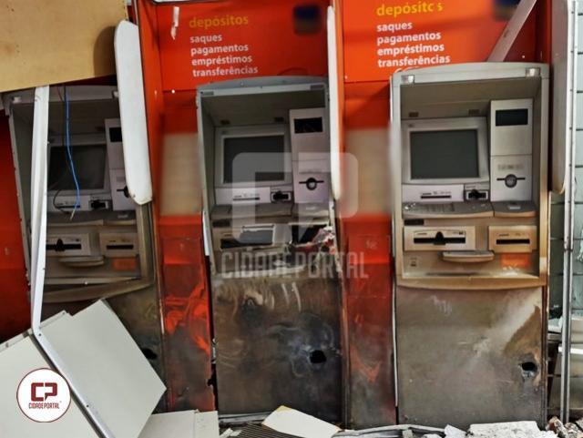 Criminosos fortemente armados estouram caixas eletrônicos em Mariluz