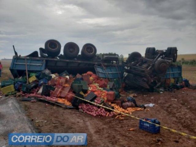 Carreta tomba entre Alto Piquiri e Brasilândia do Sul e deixa uma vítima fatal