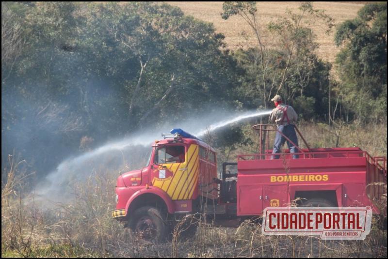 Bombeiros de Campo Mourão controlam incêndio que atingiu lavoura de milho da fazenda Indaiá, na saída para Farol