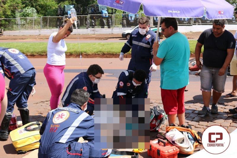 Motociclista morre atropelado por caminhão após invadir preferencial