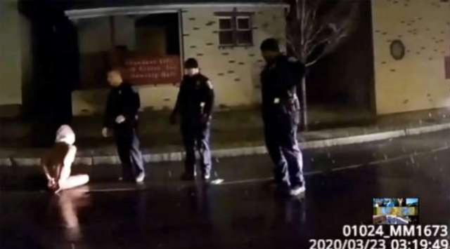Homem negro morre após ser encapuzado por policiais nos EUA