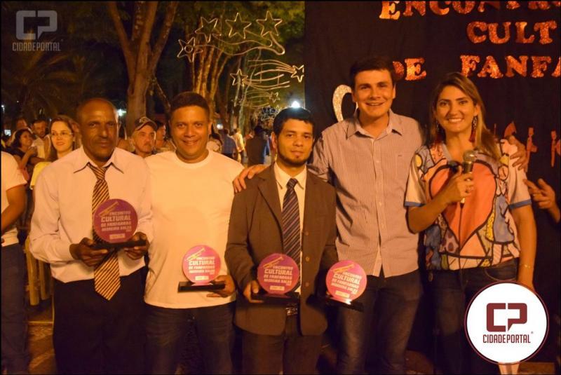Rafael Bolacha presenteia Fanfarra Solidária de Goioerê com camisetas para 2018, após apresentação