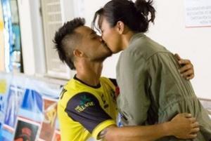 Jogador diz que árbitro se desculpou por amarelo em pedido de casamento