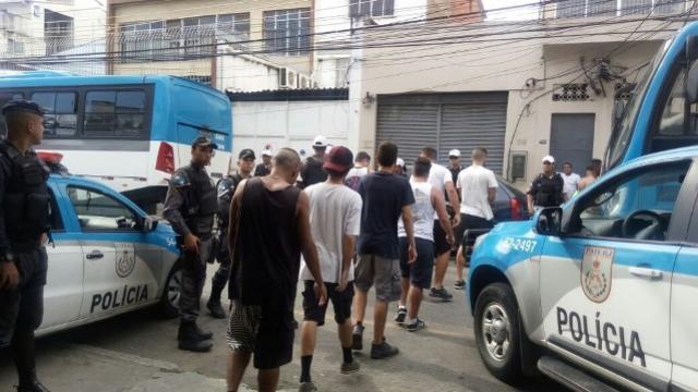 Membros de organizada do Vasco são detidos, torcidas entram em conflito no RJ
