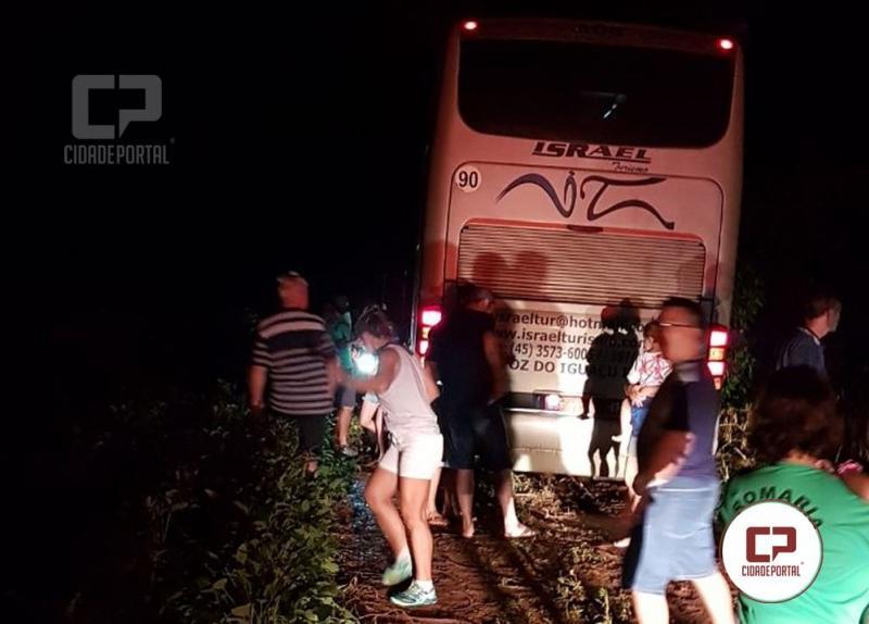 Ladrões abordam ônibus e desistem de assalto ao perceber que veículo levava romeiros