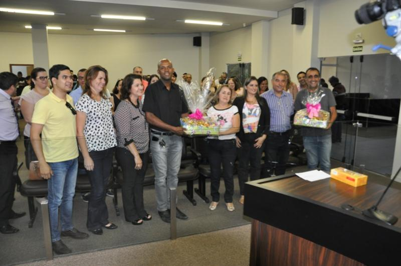 Câmara Solidária entrega chocolates e  adere a campanha de doação de medula
