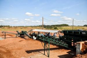 Usina de triagem e britagem de entulhos já está funcionando no aterro em Umuarama