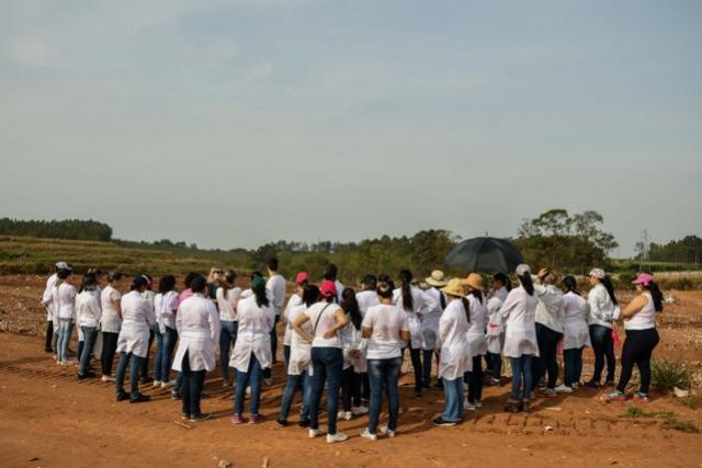 Aterro sanitário de Umuarama recebe visita de alunos do Colégio Hilda Kamal