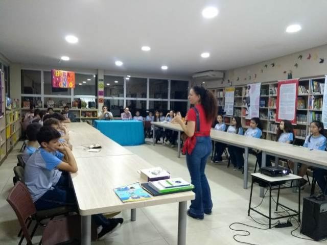 Professora do IFPR campus Umuarama faz palestra sobre literatura em evento da Escola Adventista
