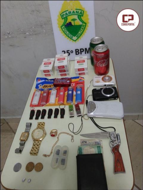 Equipes da Policia Militar, durante abordagem prendem indivíduo por posse de droga e objetos sem procedência.