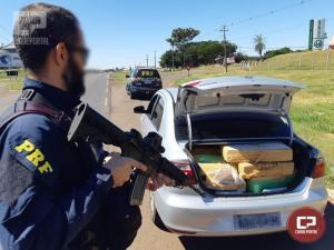 PRF recupera carro roubado e prende traficante com 307 kg de maconha em Umuarama