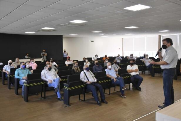 Prefeito reúne lideranças da sociedade e apresenta projeto de transferência de renda