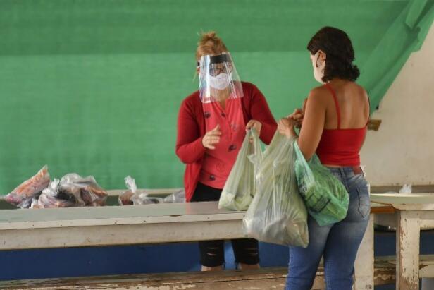 Divisão de Alimentação Escolar entrega cestas e leite para famílias de alunos