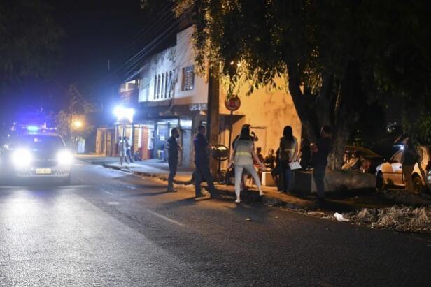 Fiscalização da Covid interdita tabacaria e multa 58 pessoas na noite de sexta
