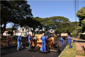 Prefeitura de Umuarama inicia reperfilamento asfáltico em ruas da Praça Anchieta