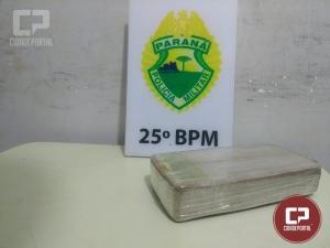 Equipes de serviço da Polícia Militar de Umuarama prendem mulher 1kg de crack em ônibus