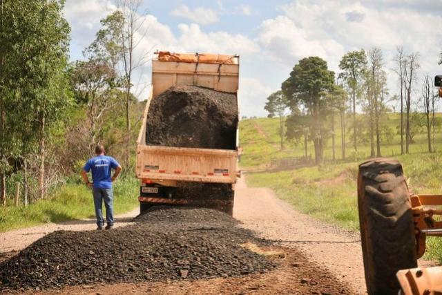 Estrada Cedro de Umuarama recebe fresado de asfalto para aumentar resistência e reduzir atrito