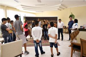 Atletas mirins de Umuarama que correram em SP visitam o prefeito Pozzobom