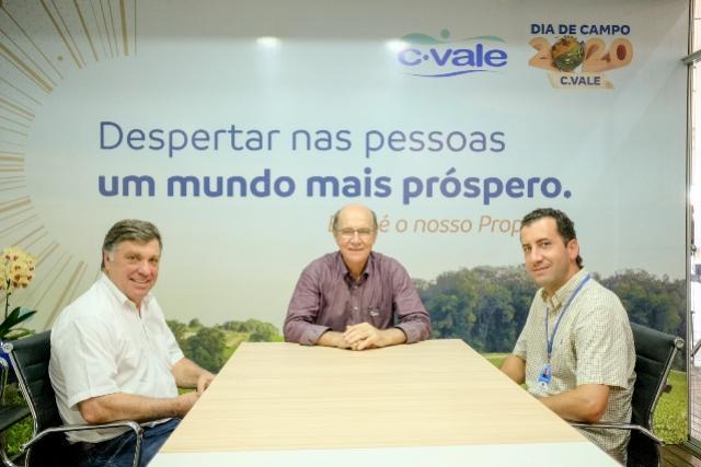 Prefeito de Umuarama Celso Pozzobom visita dia de campo na C. Vale em Palotina