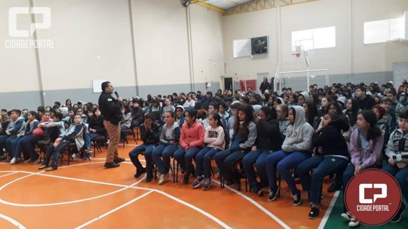 Policiais da Patrulha Escolar de Umuarama ministraram palestra sobre o uso de Drogas no Colégio Adventista