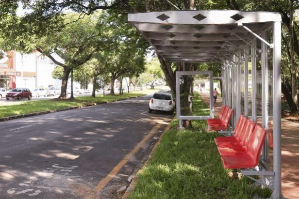 Prefeitura de Umuarama inicia colocação de mais um lote de novos pontos de ônibus