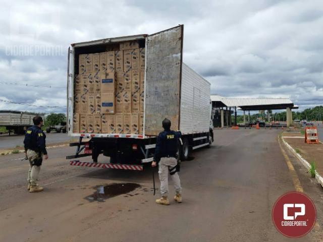 PRF encontra caminhão abandonado carregado com 600 caixas de cigarros contrabandeados