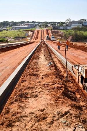 Prolongamento da Avenida Ariovaldo Rodrigues de Moraes recebe meio-fio em Umuarama