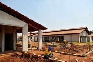 Prefeitura de Umuarama realiza adequação no pátio da futura escola do 1º de Maio